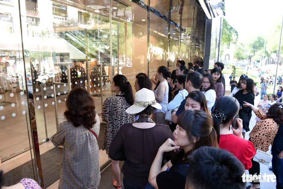 Giới trẻ Sài Gòn đổ xô đi săn hàng hiệu dịp Black Friday - Ảnh 4.