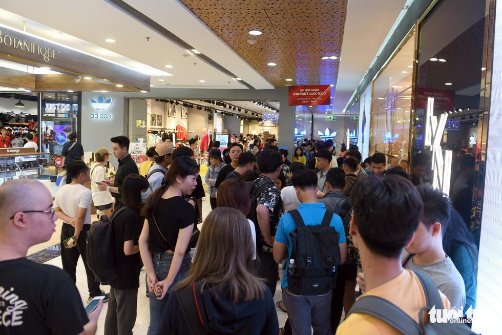 Giới trẻ Sài Gòn đổ xô đi săn hàng hiệu dịp Black Friday - Ảnh 7.