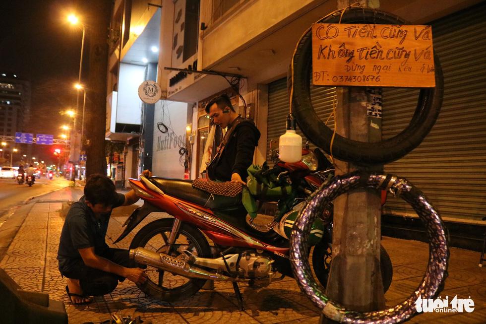 Sài Gòn dễ thương: Có tiền cũng vá, không tiền cũng vá xe - Ảnh 2.