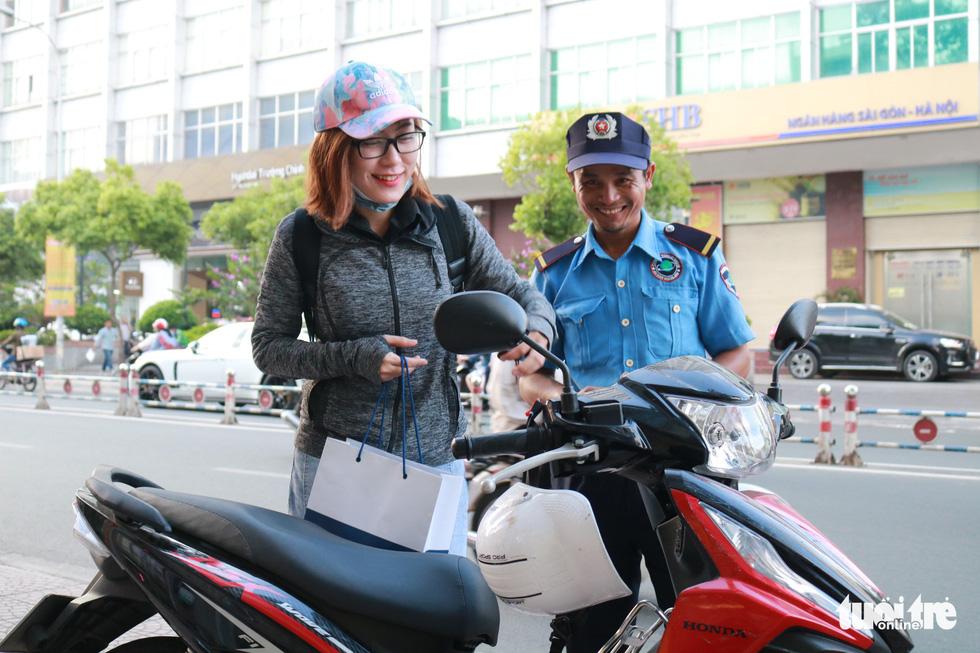 Sài Gòn dễ thương: Có tiền cũng vá, không tiền cũng vá xe - Ảnh 7.