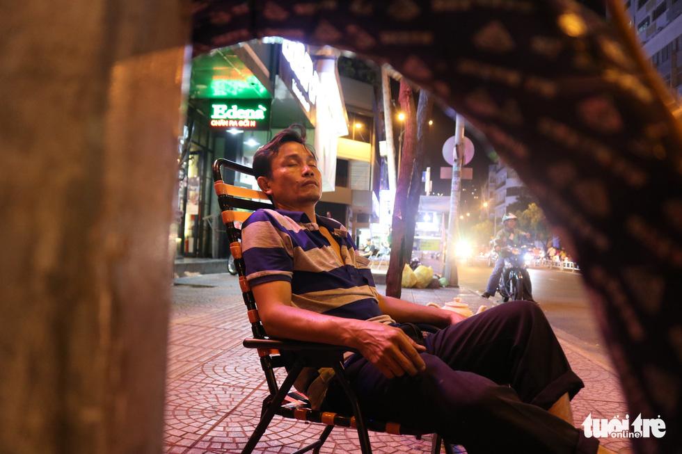 Sài Gòn dễ thương: Có tiền cũng vá, không tiền cũng vá xe - Ảnh 6.
