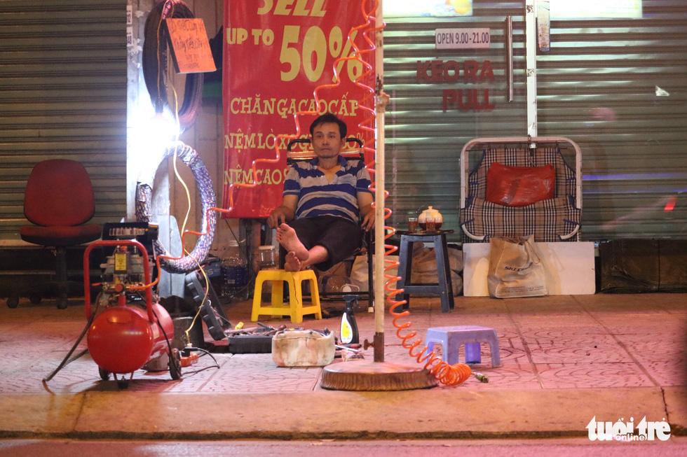 Sài Gòn dễ thương: Có tiền cũng vá, không tiền cũng vá xe - Ảnh 5.