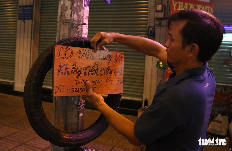 Sài Gòn dễ thương: Có tiền cũng vá, không tiền cũng vá xe - Ảnh 1.