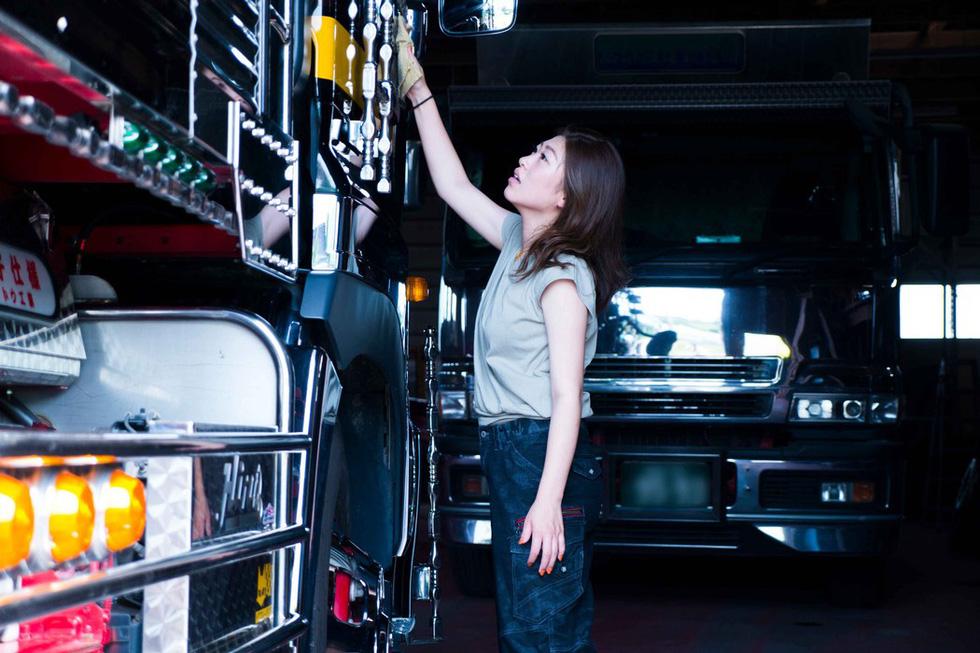 Ai dám nói lái xe tải không thể là cô nàng nóng bỏng? - Ảnh 3.