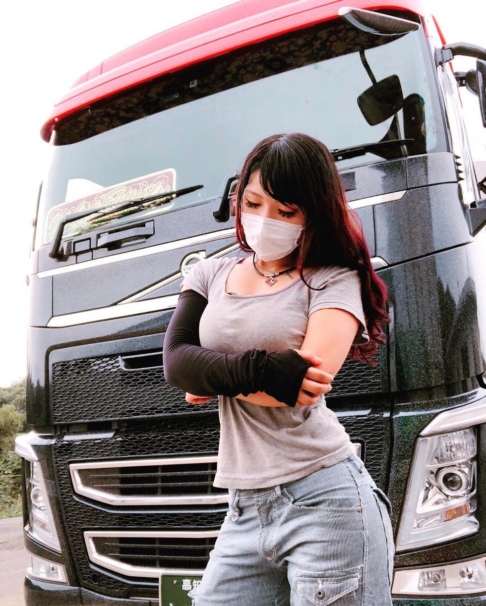 Ai dám nói lái xe tải không thể là cô nàng nóng bỏng? - Ảnh 2.