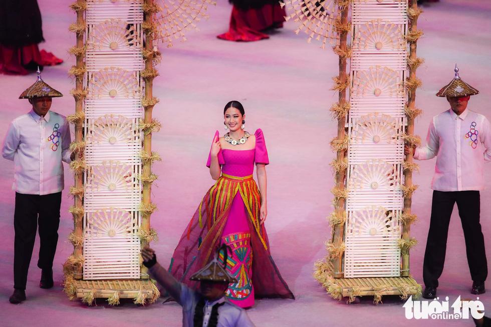 Dàn hoa hậu xinh đẹp, điểm nhấn của lễ khai mạc SEA Games 30 - Ảnh 1.