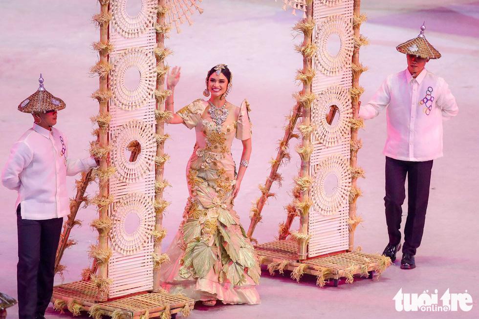 Dàn hoa hậu xinh đẹp, điểm nhấn của lễ khai mạc SEA Games 30 - Ảnh 2.
