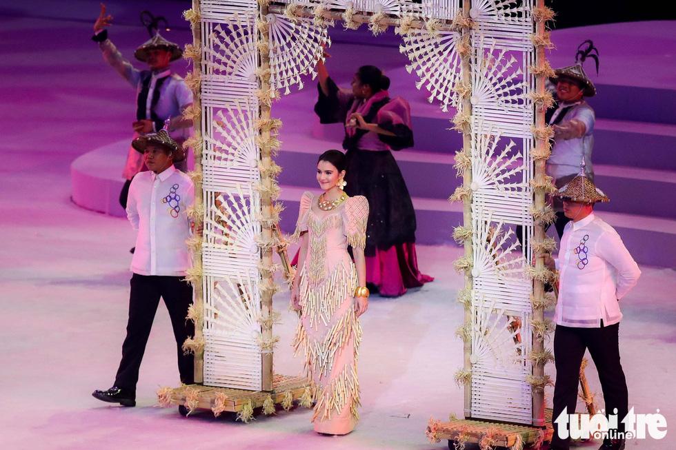 Dàn hoa hậu xinh đẹp, điểm nhấn của lễ khai mạc SEA Games 30 - Ảnh 4.