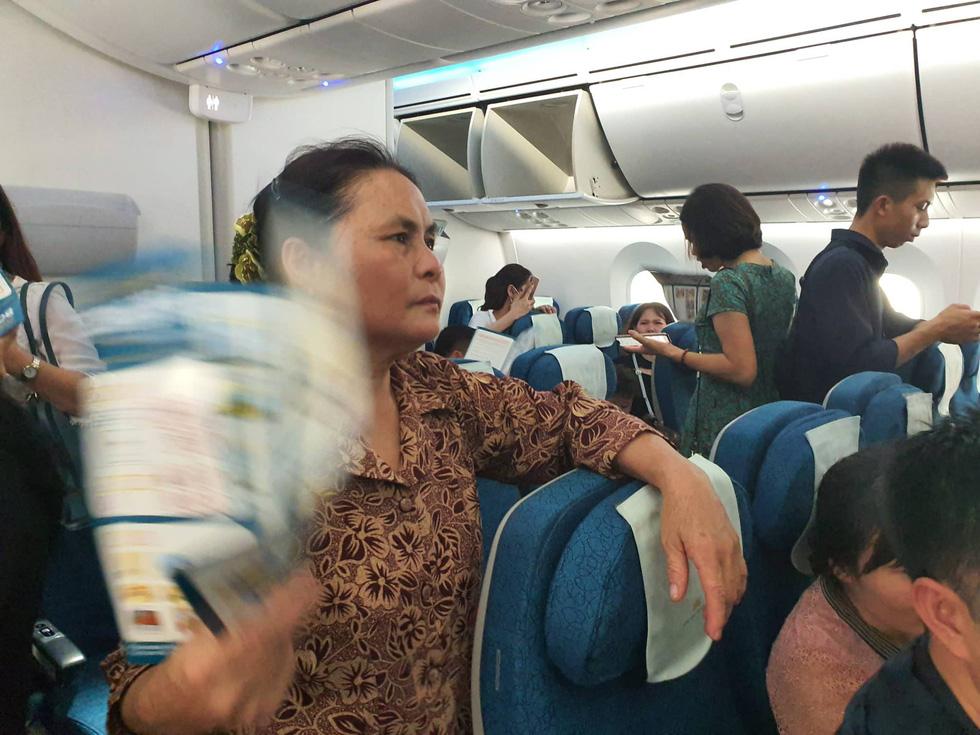 Hành khách Vietnam Airlines bị giữ trên máy bay hơn 1 tiếng - Ảnh 1.
