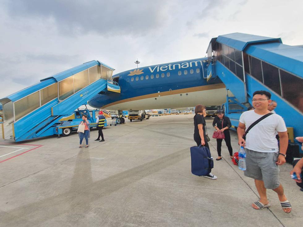 Hành khách Vietnam Airlines bị giữ trên máy bay hơn 1 tiếng - Ảnh 4.