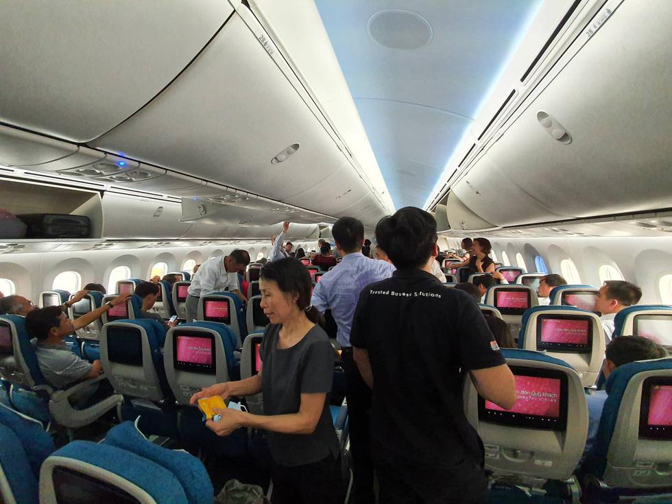 Hành khách Vietnam Airlines bị giữ trên máy bay hơn 1 tiếng - Ảnh 3.