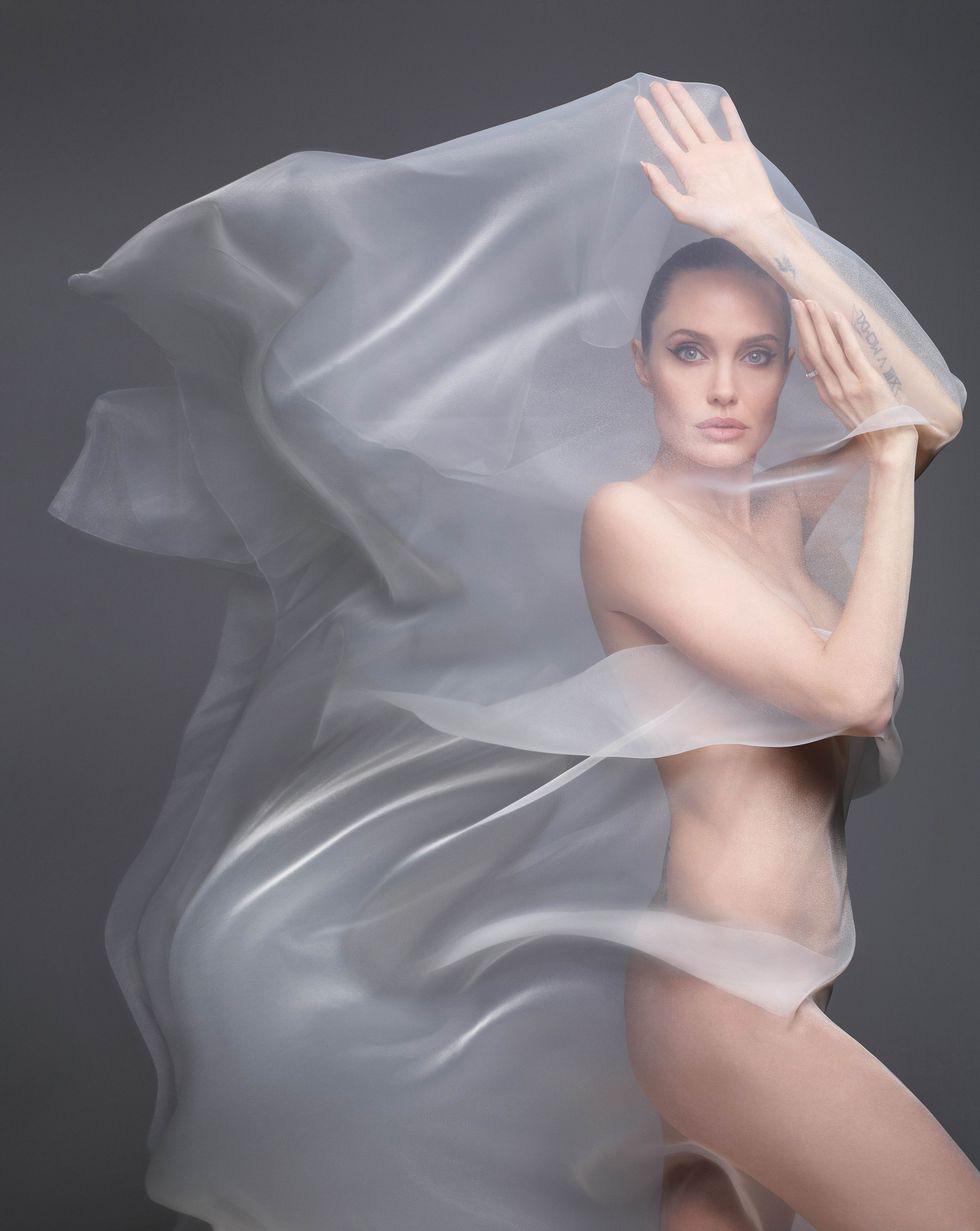 Angelina Jolie bất ngờ khỏa thân trên tạp chí Harpers Bazaar - Ảnh 2.