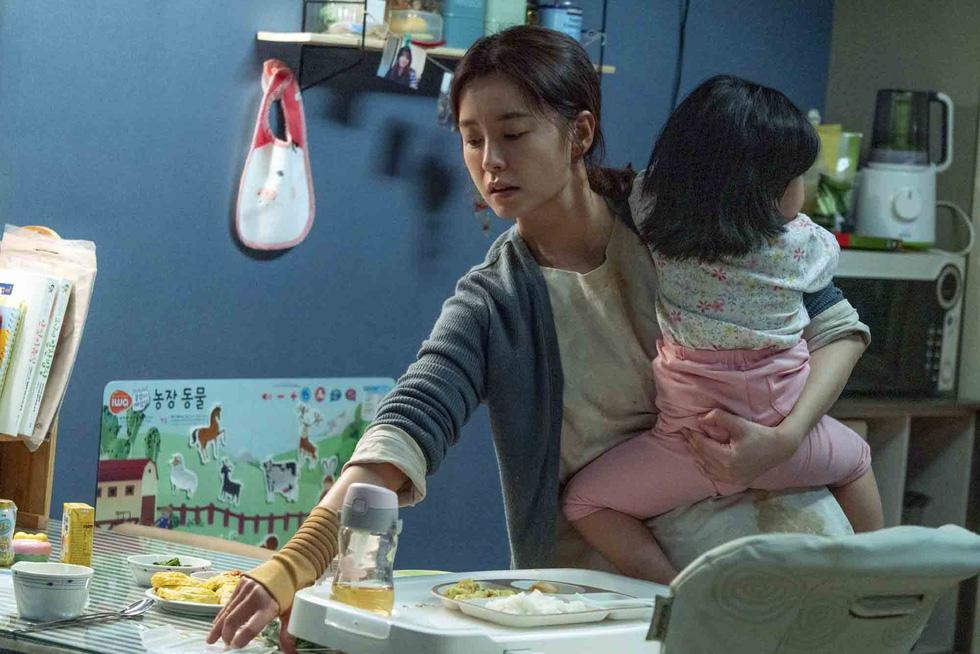 Kim Ji Young dậy sóng xã hội: Người phụ nữ trầm cảm sau sinh - Ảnh 1.
