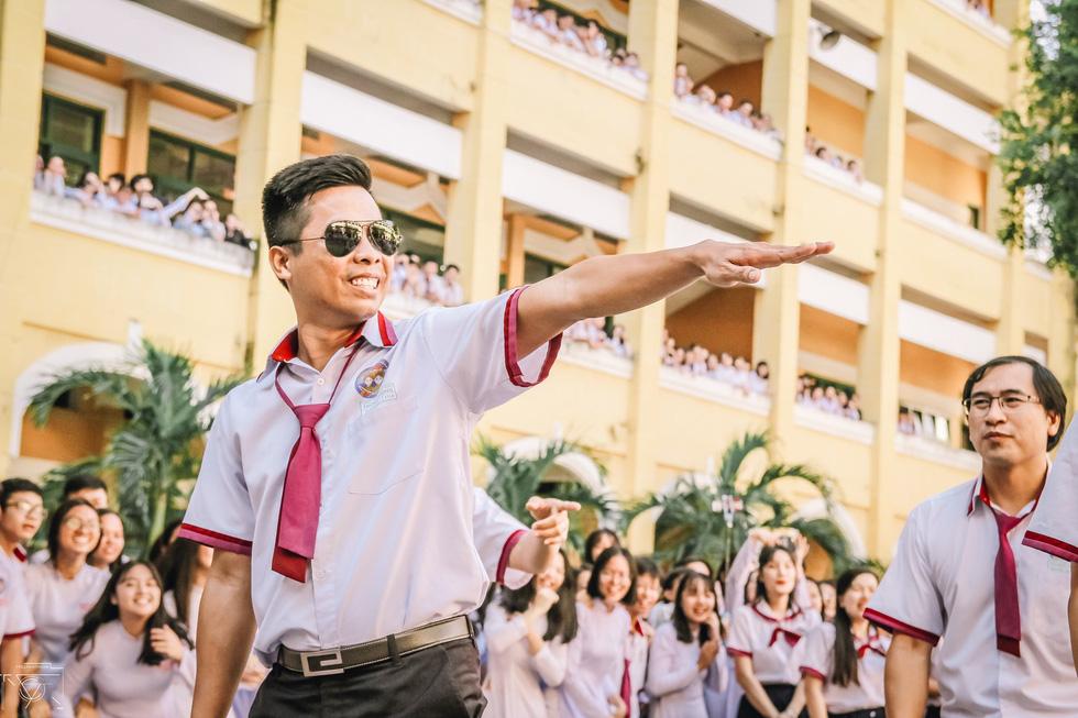 Thầy đeo kính râm, cô buộc tóc chùm nhảy flashmob khiến cả trường rần rần - Ảnh 14.