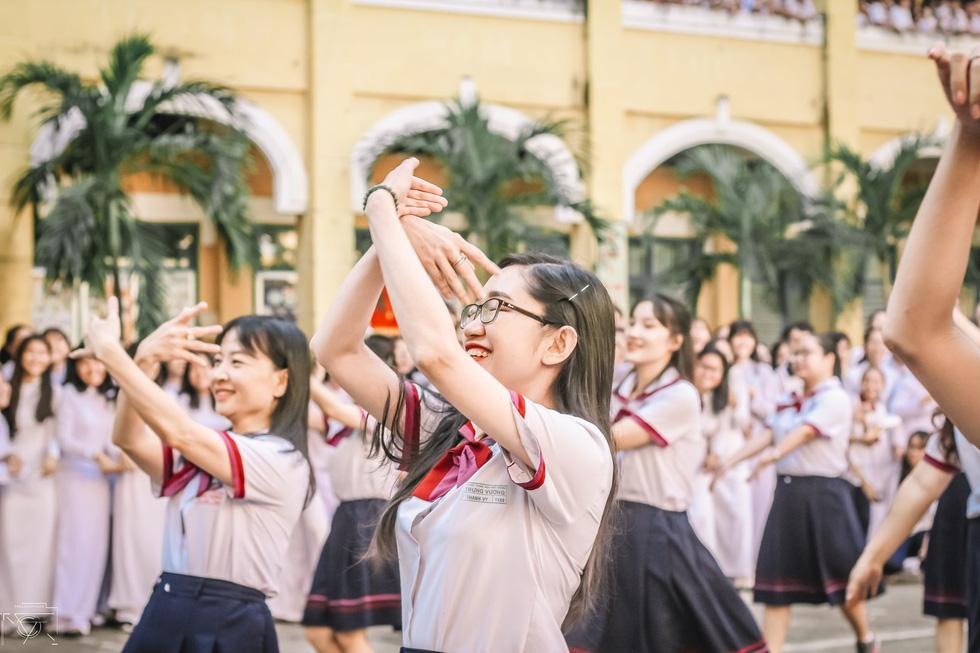 Thầy đeo kính râm, cô buộc tóc chùm nhảy flashmob khiến cả trường rần rần - Ảnh 15.