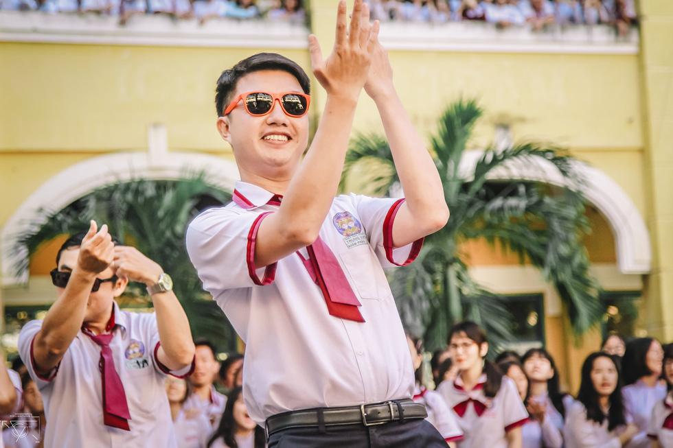 Thầy đeo kính râm, cô buộc tóc chùm nhảy flashmob khiến cả trường rần rần - Ảnh 9.