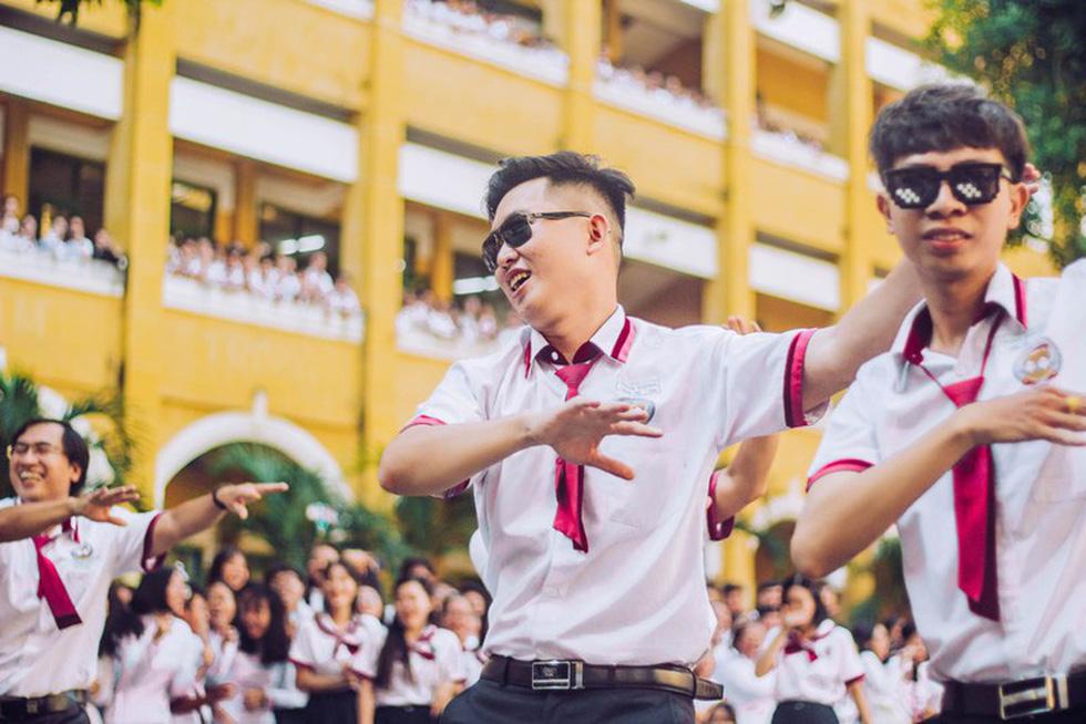 Thầy đeo kính râm, cô buộc tóc chùm nhảy flashmob khiến cả trường rần rần - Ảnh 8.