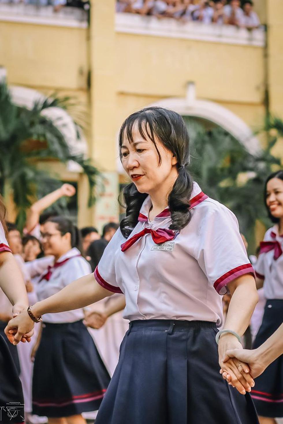 Thầy đeo kính râm, cô buộc tóc chùm nhảy flashmob khiến cả trường rần rần - Ảnh 6.