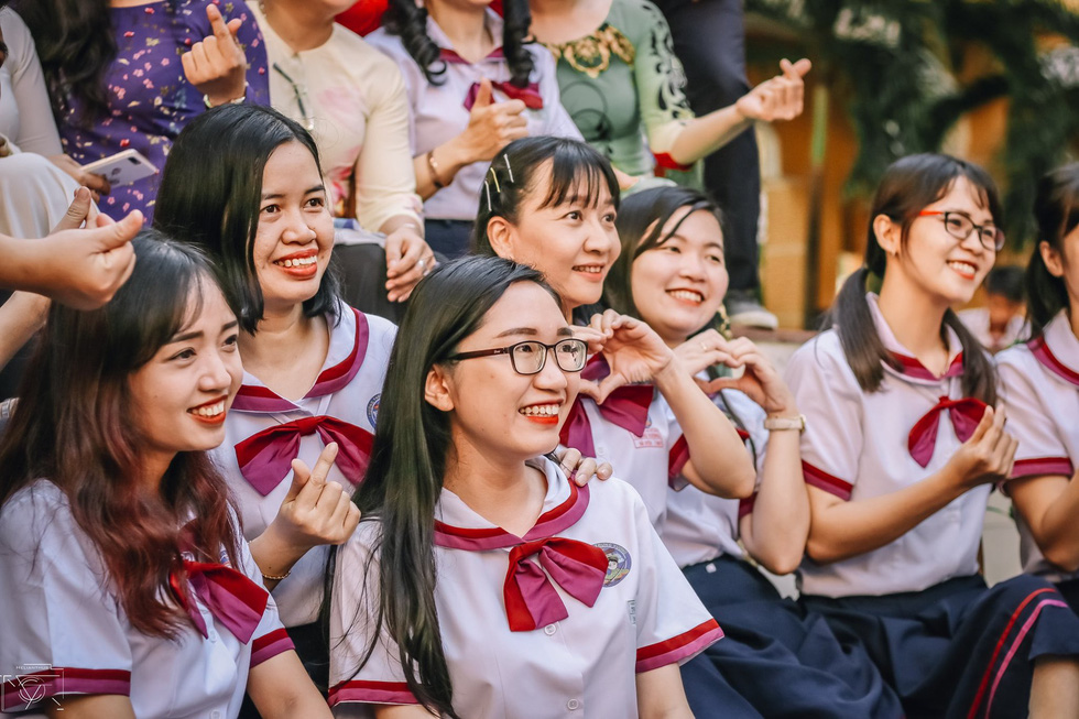 Thầy đeo kính râm, cô buộc tóc chùm nhảy flashmob khiến cả trường rần rần - Ảnh 13.