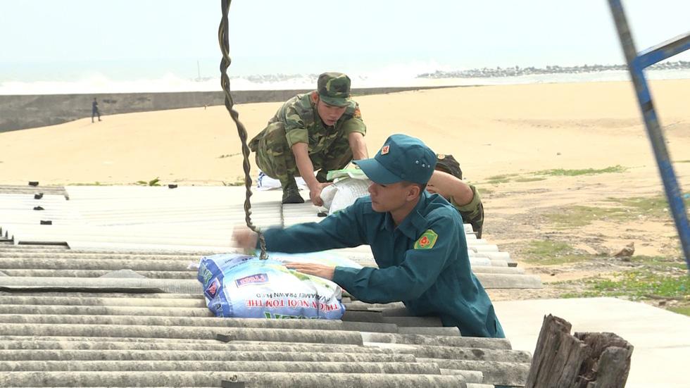 Bộ đội chằng chống nhà cửa giúp dân ứng phó bão số 6 - Ảnh 1.