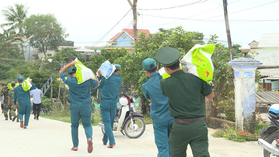 Bộ đội chằng chống nhà cửa giúp dân ứng phó bão số 6 - Ảnh 2.
