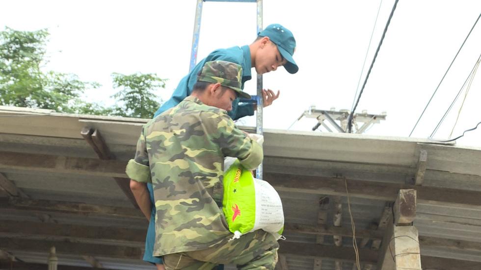 Bộ đội chằng chống nhà cửa giúp dân ứng phó bão số 6 - Ảnh 3.