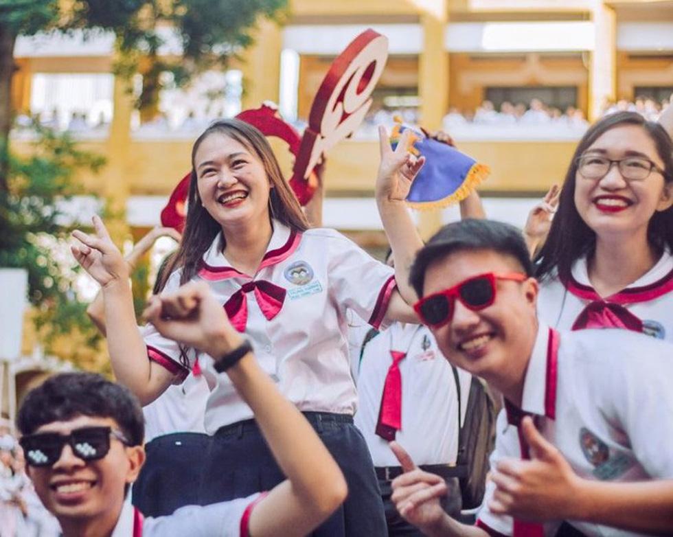 Thầy đeo kính râm, cô buộc tóc chùm nhảy flashmob khiến cả trường rần rần - Ảnh 3.