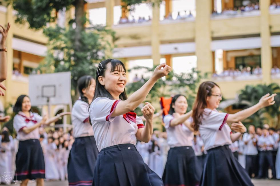 Thầy đeo kính râm, cô buộc tóc chùm nhảy flashmob khiến cả trường rần rần - Ảnh 4.