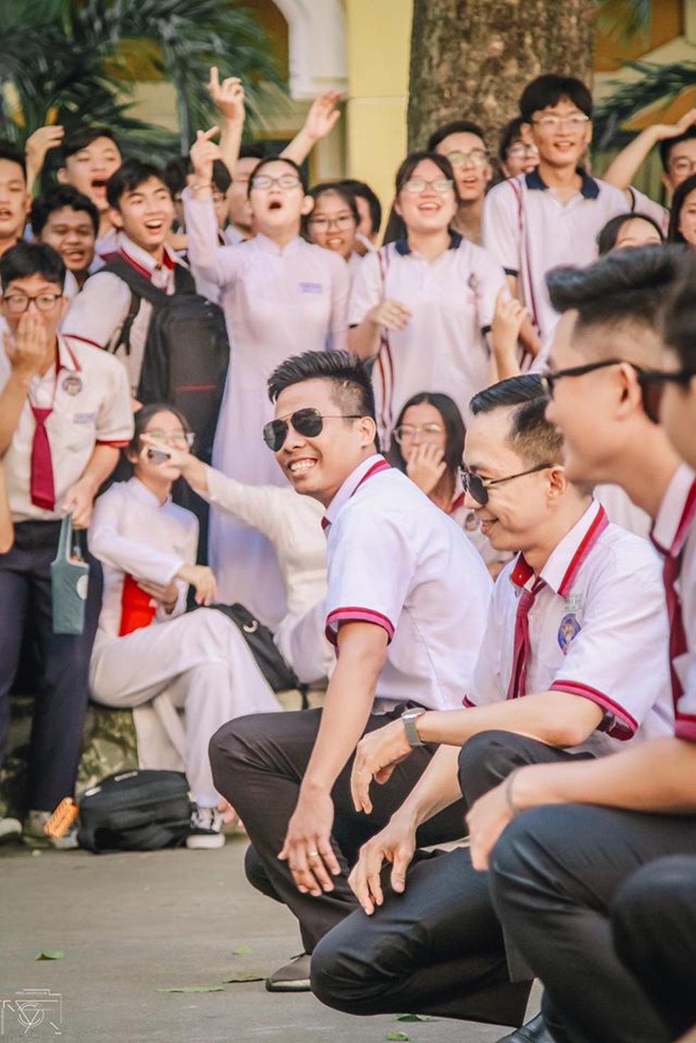 Thầy đeo kính râm, cô buộc tóc chùm nhảy flashmob khiến cả trường rần rần - Ảnh 5.