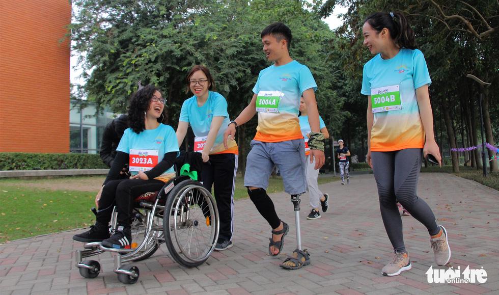 Ghép đôi chạy bộ với người khuyết tật để cùng về đích - Ảnh 1.