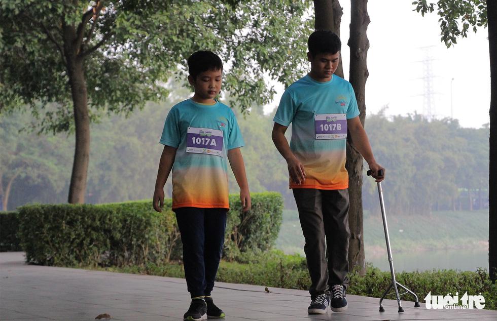 Ghép đôi chạy bộ với người khuyết tật để cùng về đích - Ảnh 6.
