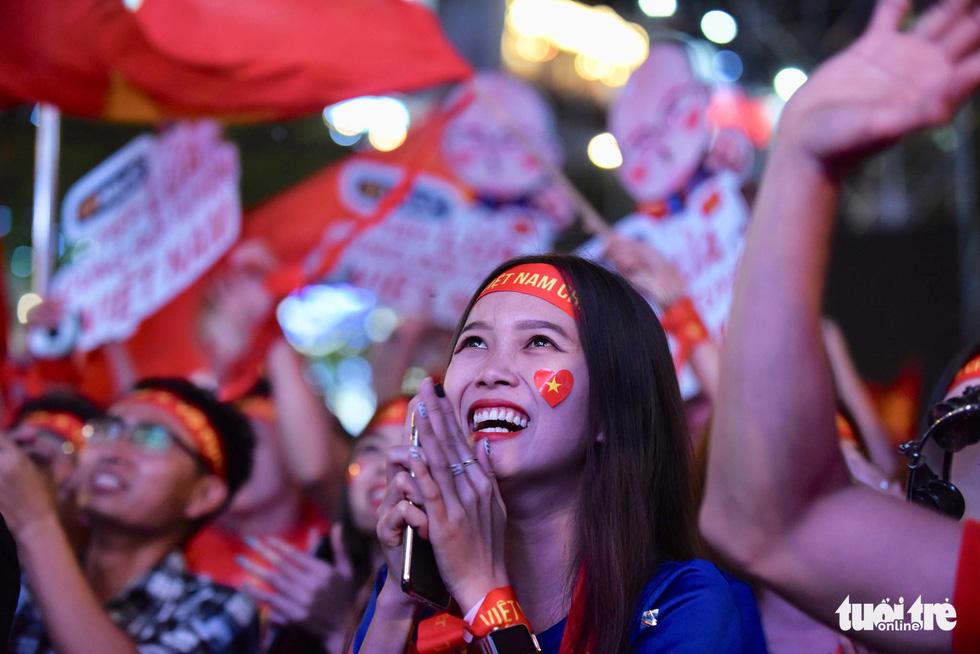 Hàng ngàn CĐV phố đi bộ Nguyễn Huệ: vui nổ trời với bàn thắng của Văn Hậu - Ảnh 3.