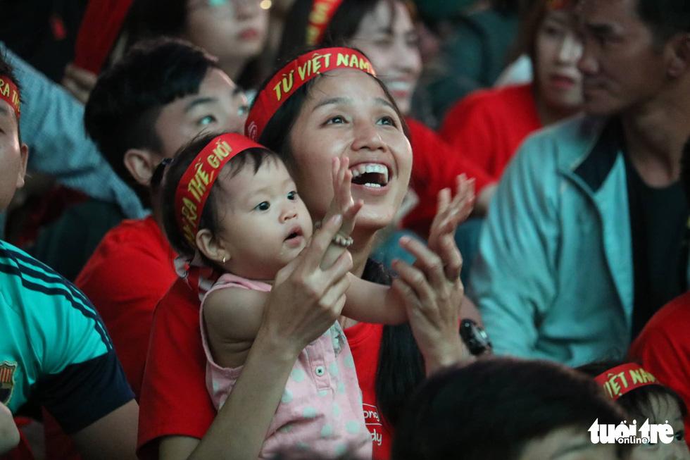 Hàng ngàn CĐV phố đi bộ Nguyễn Huệ: vui nổ trời với bàn thắng của Văn Hậu - Ảnh 10.