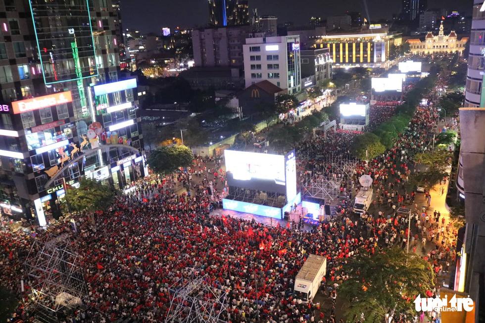 Hàng ngàn CĐV phố đi bộ Nguyễn Huệ: vui nổ trời với bàn thắng của Văn Hậu - Ảnh 1.