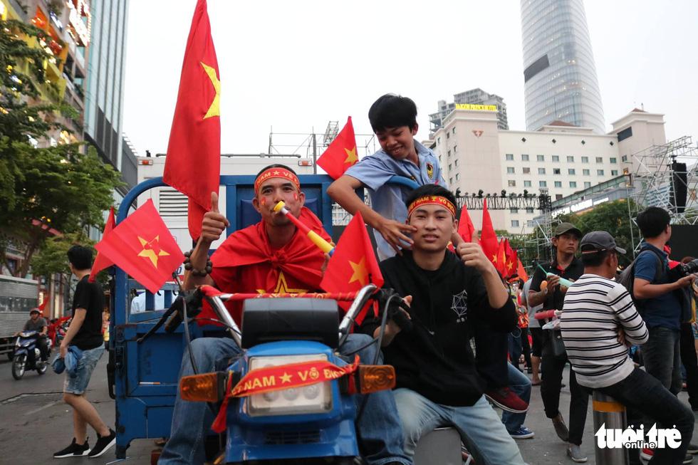 Hàng ngàn CĐV phố đi bộ Nguyễn Huệ: vui nổ trời với bàn thắng của Văn Hậu - Ảnh 7.