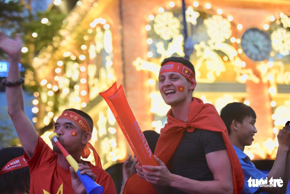 Hàng ngàn CĐV phố đi bộ Nguyễn Huệ: vui nổ trời với bàn thắng của Văn Hậu - Ảnh 6.