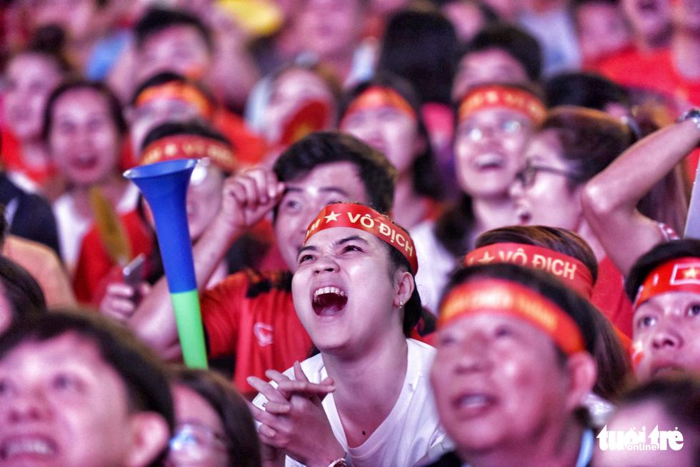 Hàng ngàn CĐV phố đi bộ Nguyễn Huệ: vui nổ trời với bàn thắng của Văn Hậu - Ảnh 5.
