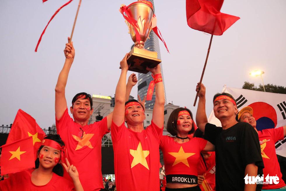 Hàng ngàn CĐV phố đi bộ Nguyễn Huệ: vui nổ trời với bàn thắng của Văn Hậu - Ảnh 8.