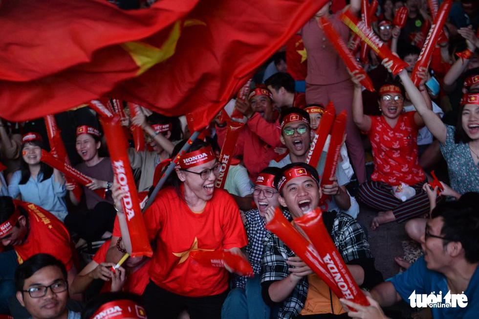 Hàng ngàn CĐV phố đi bộ Nguyễn Huệ: vui nổ trời với bàn thắng của Văn Hậu - Ảnh 2.