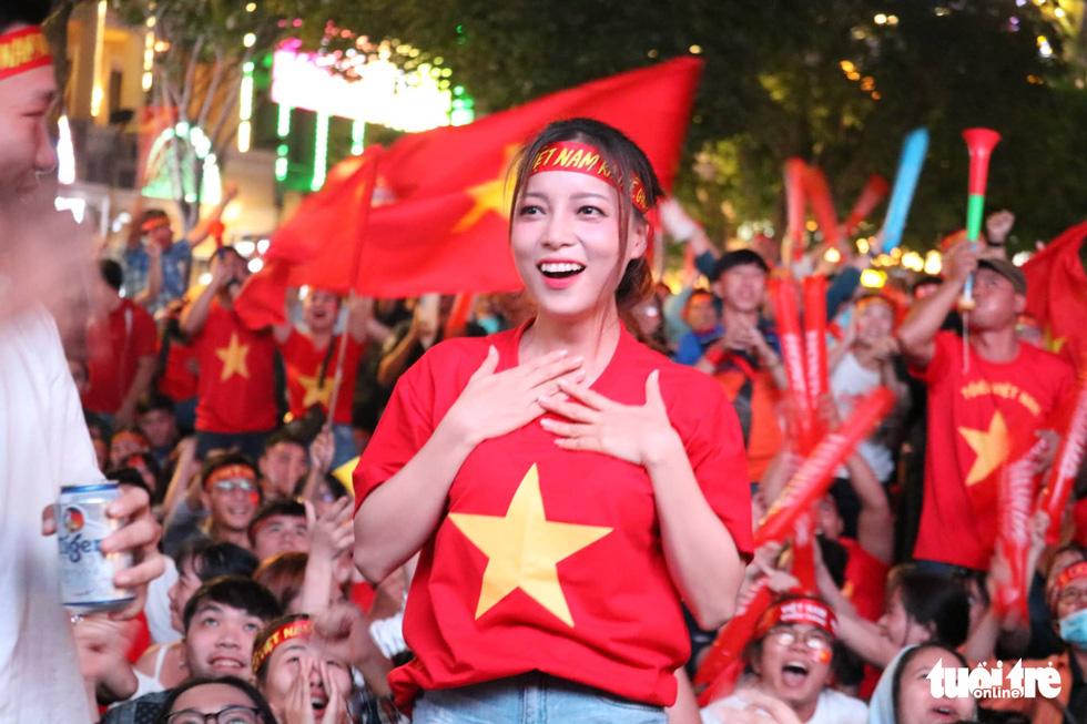Hàng ngàn CĐV phố đi bộ Nguyễn Huệ: vui nổ trời với bàn thắng của Văn Hậu - Ảnh 4.