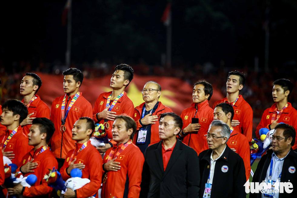 Ông Park hôn Văn Hậu và đặt tay lên ngực trái khi Quốc ca Việt Nam vang lên - Ảnh 3.