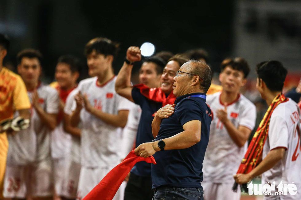 Ông Park hôn Văn Hậu và đặt tay lên ngực trái khi Quốc ca Việt Nam vang lên - Ảnh 4.