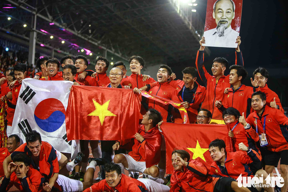 Ông Park hôn Văn Hậu và đặt tay lên ngực trái khi Quốc ca Việt Nam vang lên - Ảnh 5.