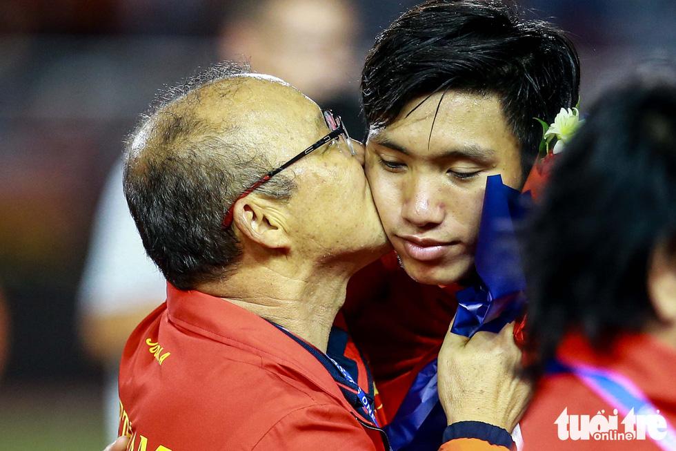 Ông Park hôn Văn Hậu và đặt tay lên ngực trái khi Quốc ca Việt Nam vang lên - Ảnh 1.