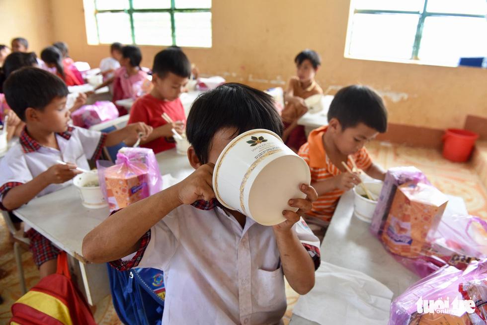 Cô giáo hỏi ai chưa từng ăn phở, tất cả các con đều giơ tay - Ảnh 5.