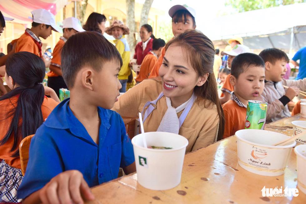 Đại tiệc phở cho trẻ em vùng sâu, hết sạch sành sanh hơn 1.000 suất - Ảnh 3.