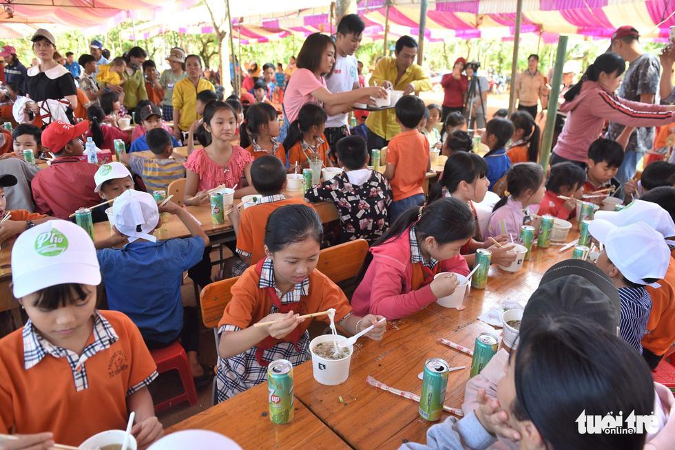 Đại tiệc phở cho trẻ em vùng sâu, hết sạch sành sanh hơn 1.000 suất - Ảnh 1.