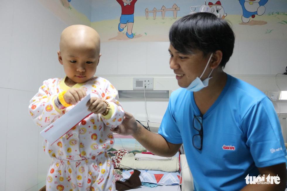 425 suất quà 'Ước mơ của Thúy' đến với bệnh nhi ung thư ở TP.HCM - Ảnh 12.