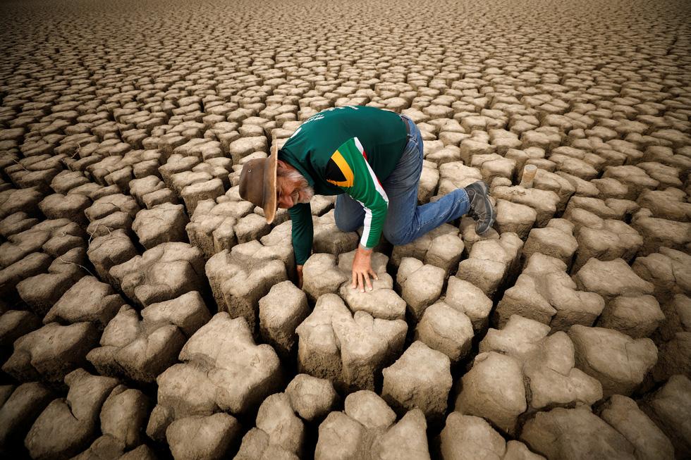 Nam châu Phi hạn hán kinh hoàng: cá chết khô, thác Victoria hùng vĩ cạn khô - Ảnh 1.