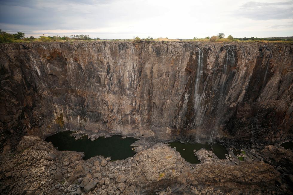 Nam châu Phi hạn hán kinh hoàng: cá chết khô, thác Victoria hùng vĩ cạn khô - Ảnh 10.